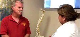 Uma das desvantagens da cirurgia aberta clássica é a retração ou a tração dos músculos das costas e os danos que isso causa aos tecidos moles. Como resultado, há um risco maior de lesão muscular na coluna, o que pode levar a uma maior permanência e recuperação no hospital devido à dor.
