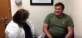 Um paciente de Miami Back and Neck discute Microdiscectomia feita pelo Dr. Brusovanik