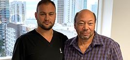 O Dr. Brusovanik ajuda o treinador do LA Chargers, Ollie Wilson